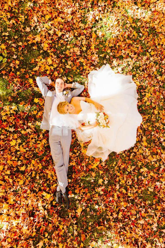 Sesja zdjęciowa pośród kolorowych liści