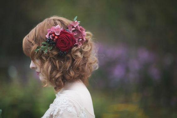 krótkie fryzury ślubne i kwiat
