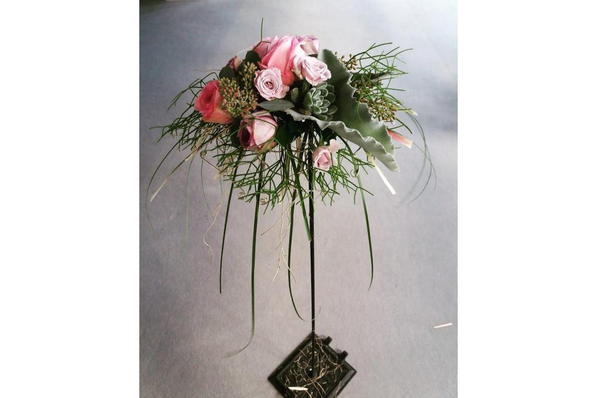 Florystyczne dekoracje sali weselnej i kościoła, bukiety ślubne