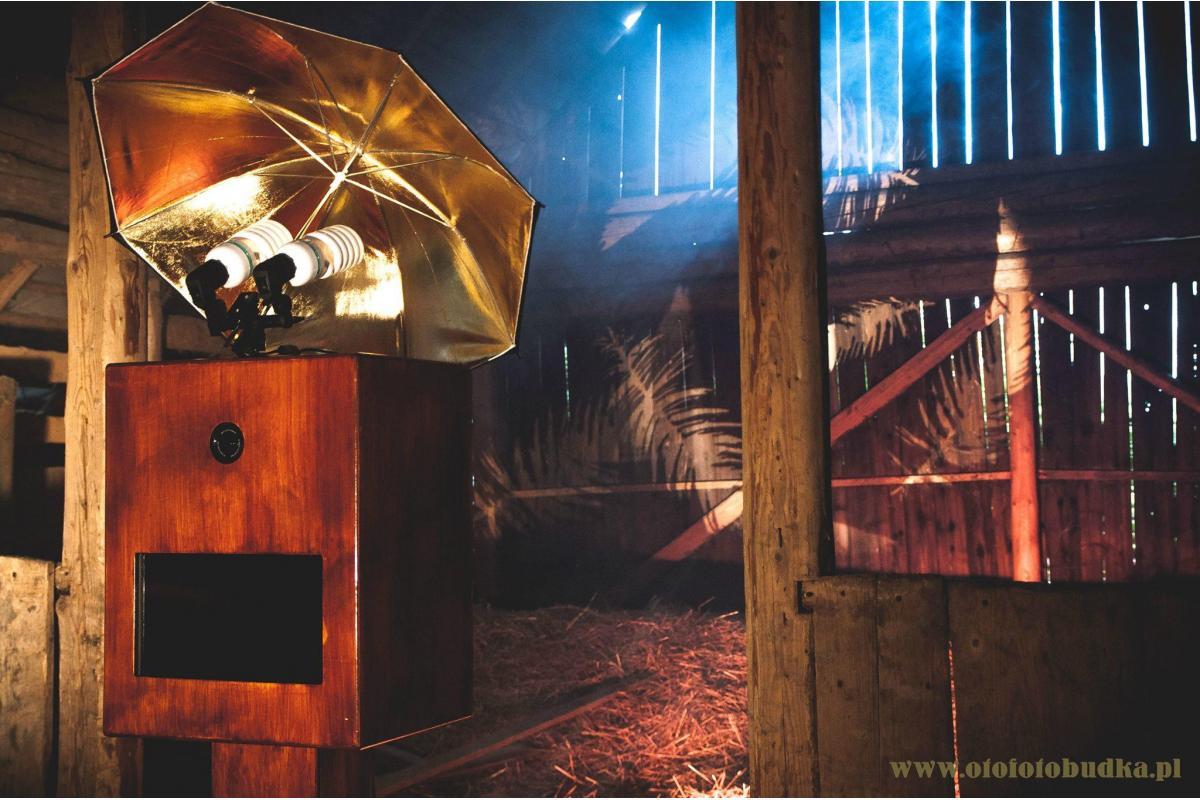 Fotobudka z drewna - jedyna taka w okolicy! Wyróżnij się i zarezerwuj fotobudkę retro!